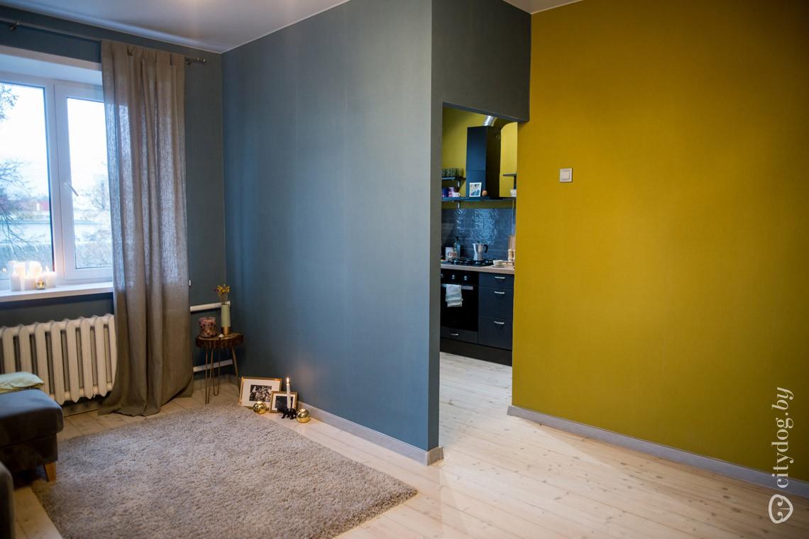 Хрущевка 33 кв.м. с однотонными яркими обоями и деревянным шлифованным полом