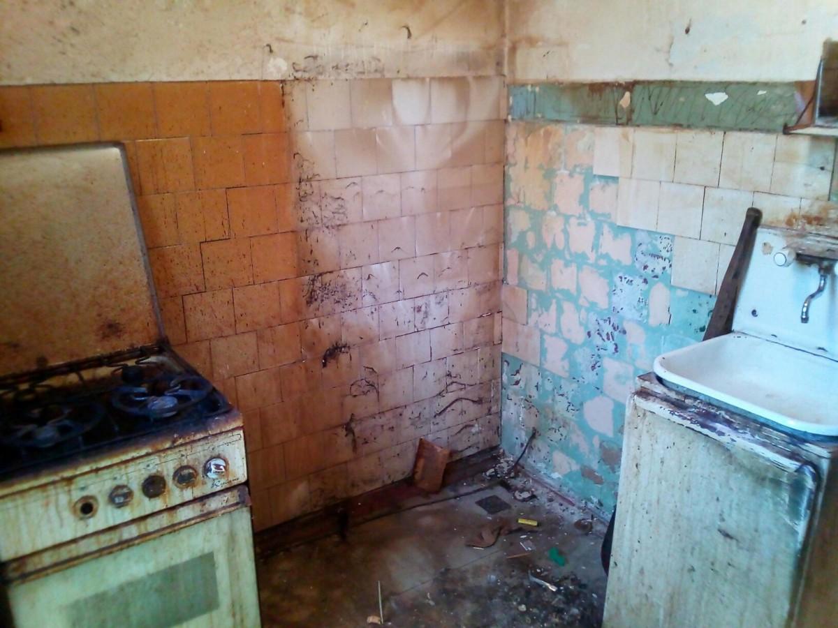 Уютная хрущевская кухня со столом в углу и обоями на стенах