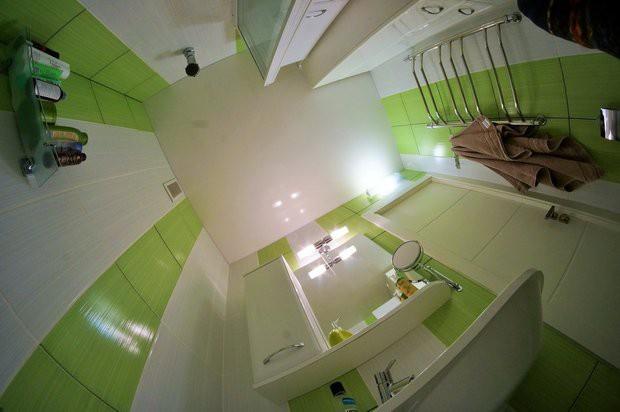 Дизайн необычного санузла 1,53х1,87 м с угловой скругленной ванной со стеклянной шторкой