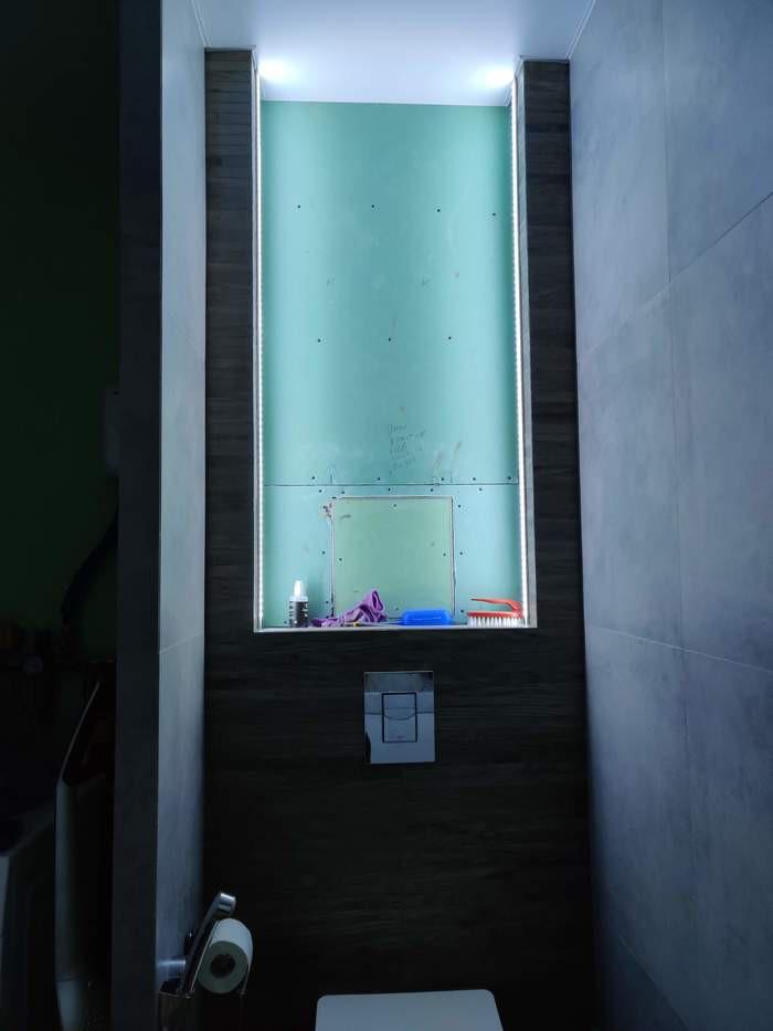 Современный дизайн туалета со шкафом и красивой нишей со стабилизированным мхом