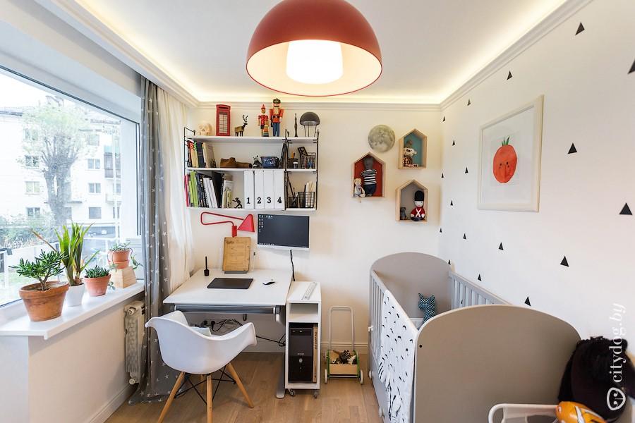 Двухкомнатая хрущевка в скандинавском стиле с яркими акцентами и кроватью в нише