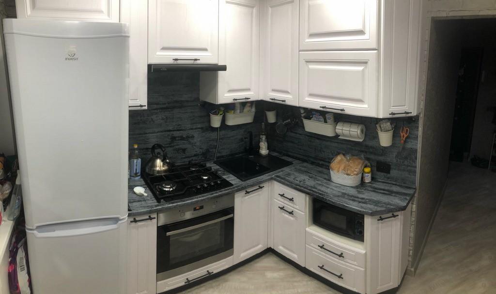 Угловой кухонный гарнитур за 88 тыс. руб с темной столешницей и бежевыми фасадами