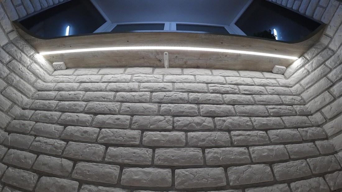 Необычный балкон 2,5 кв.м с эркером и барной стойкой вместо подоконника