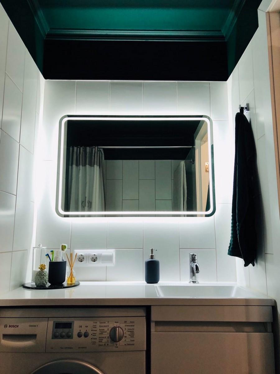 Строгий совмещенный санузел в черно-белых тонах с темным потолком и зеркалом с подсветкой