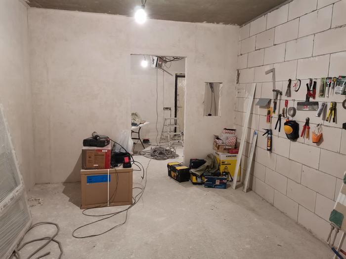 Интересная идея для маскировки электрического щитка в коридоре: как спрятать его за картиной?