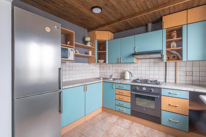 Трехкомнатная квартира с необычной отделкой с деревом на потолке и на стенах