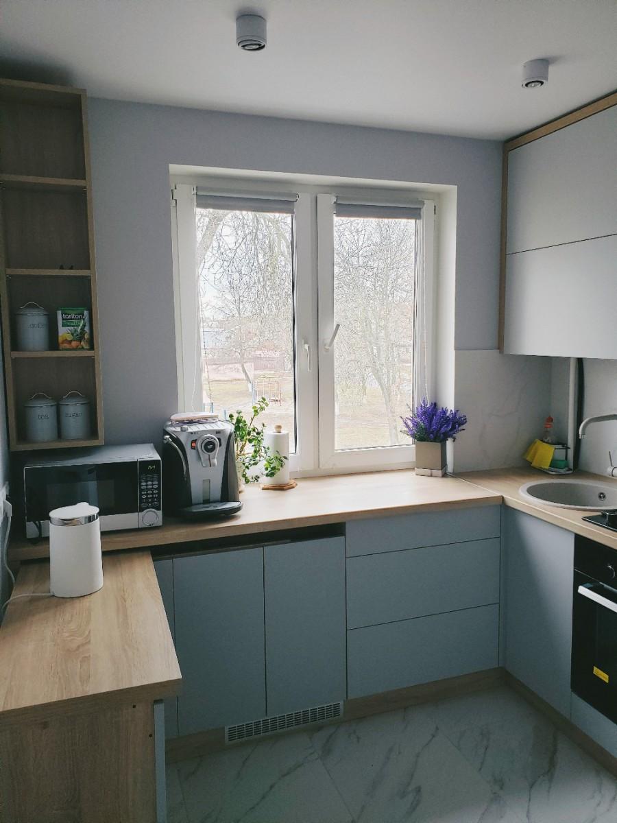 Кухня в хрущевке с серыми обоями, керамогранитом на полу и гарнитуром за 100 тыс рублей