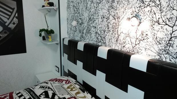 Дизайн черно-белой спальни 9 кв.м с большой кроватью и шкафом-купе
